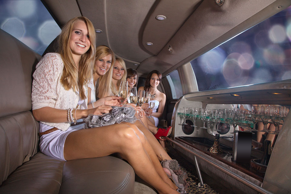 Junge damen in party laune stretch limousine
